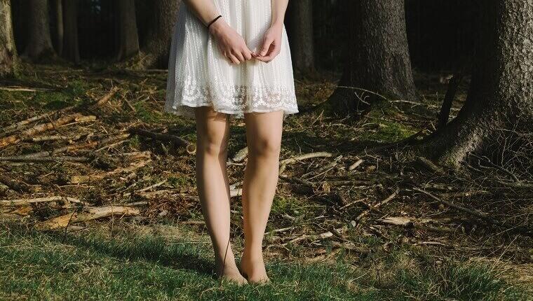 自然の上にたたずむ少女の足元