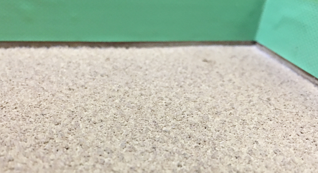 砂壁に養生テープを貼った画像 テープは壁から塗る厚さ分約2mm開ける