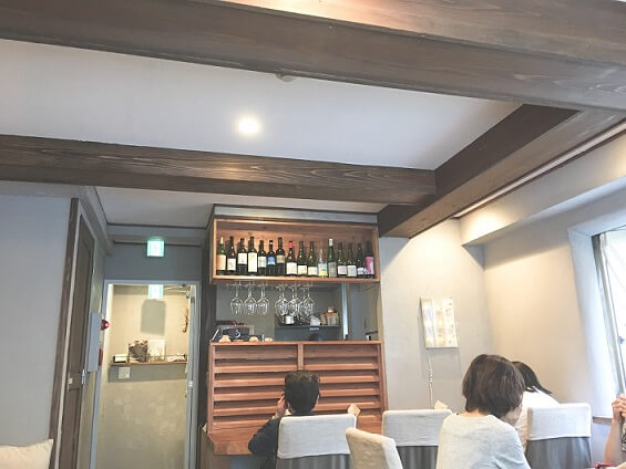 3階レストランの雰囲気、奥にカウンター3席