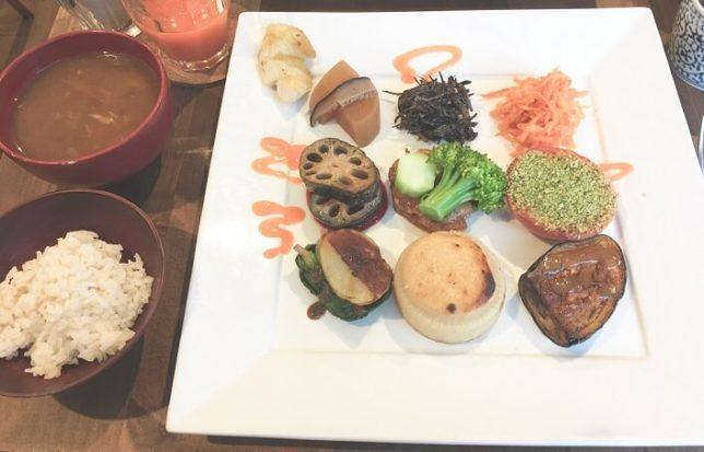 9品の野菜料理 盛り合わせプレートと自然栽培米と天然酵母みそ汁