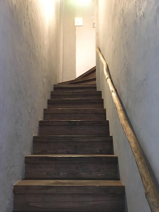 2階店舗へ上がるお洒落な階段(漆喰壁・自然木の手すり)