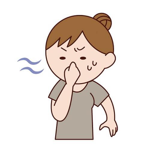 嫌な臭いに耐えられなくて鼻をつまむママ