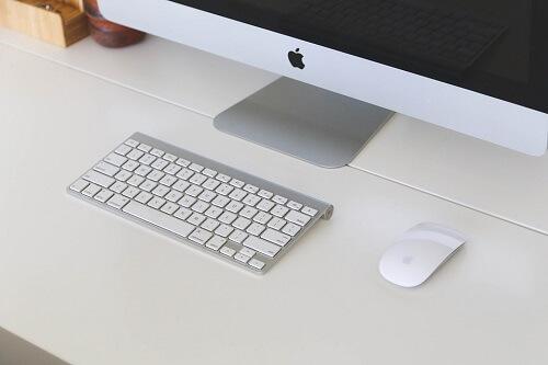 Macのパソコンモニターとキーボード