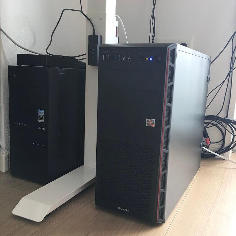 古いパソコンと新しいパソコンを並べて置いて比較